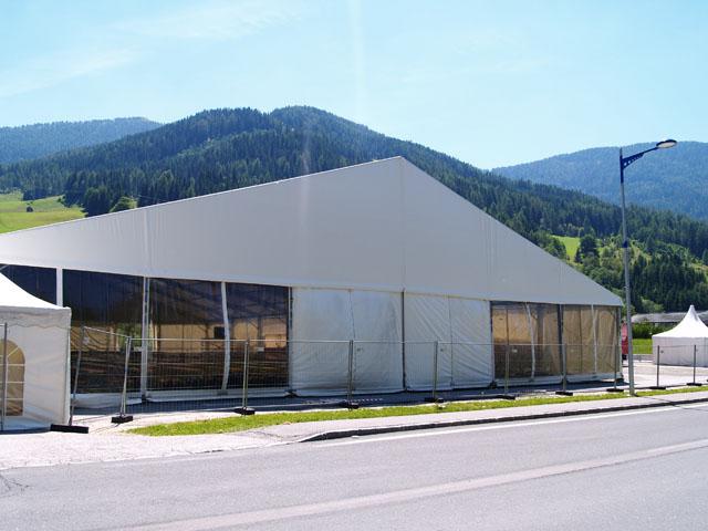 Eventhalle mit 30 m Spannweite freitragend und 4 m Seitenhöhe